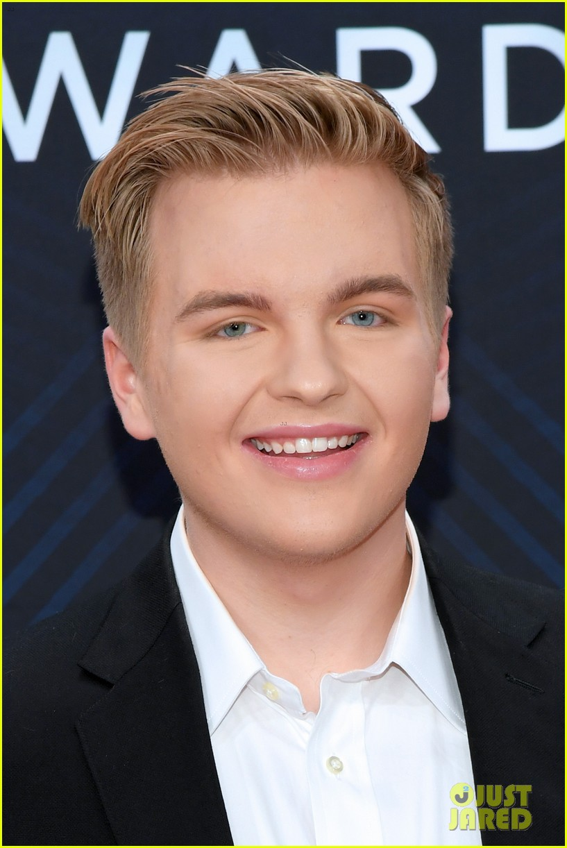 american idols caleb lee hutchinson suits up for cma awards 2018 09