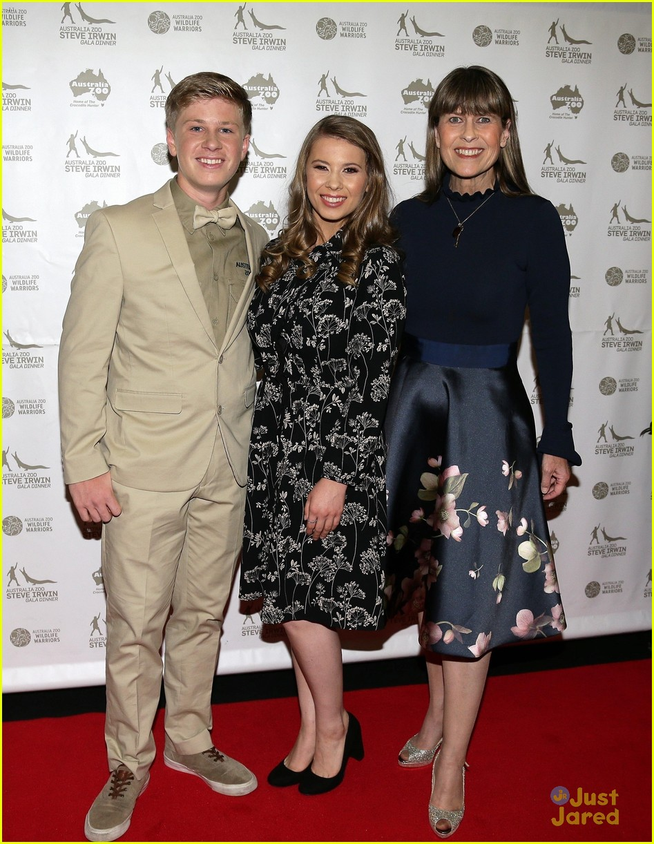bindi irwin gala dinner family chandler 01