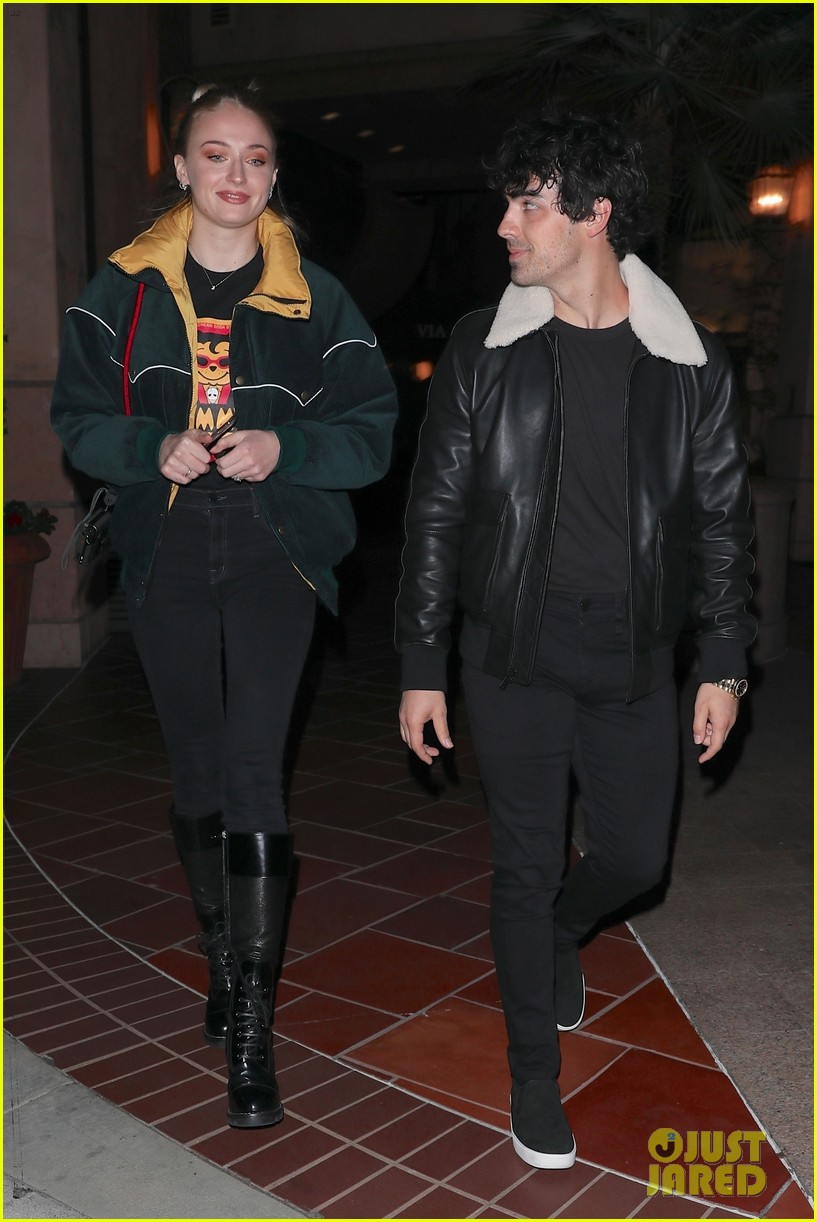 joe jonas and sophie turner enjoy a date night in weho 08