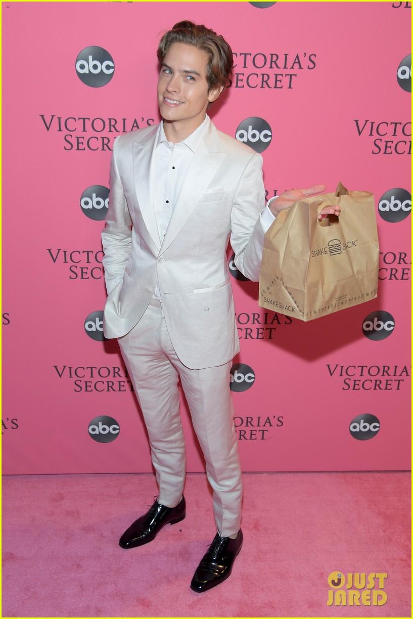 Ia membawa burger itu sebagai dukungan untuk kekasihnya (dok. Just Jared)