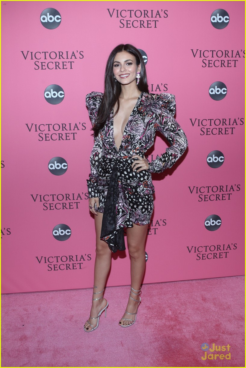 victoria justice dylan sprouse vs fashion show erika costell 01
