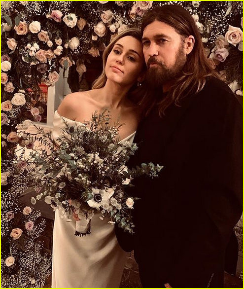 miley cyrus poses with parents billy ray tish cyrus at her wedding 05