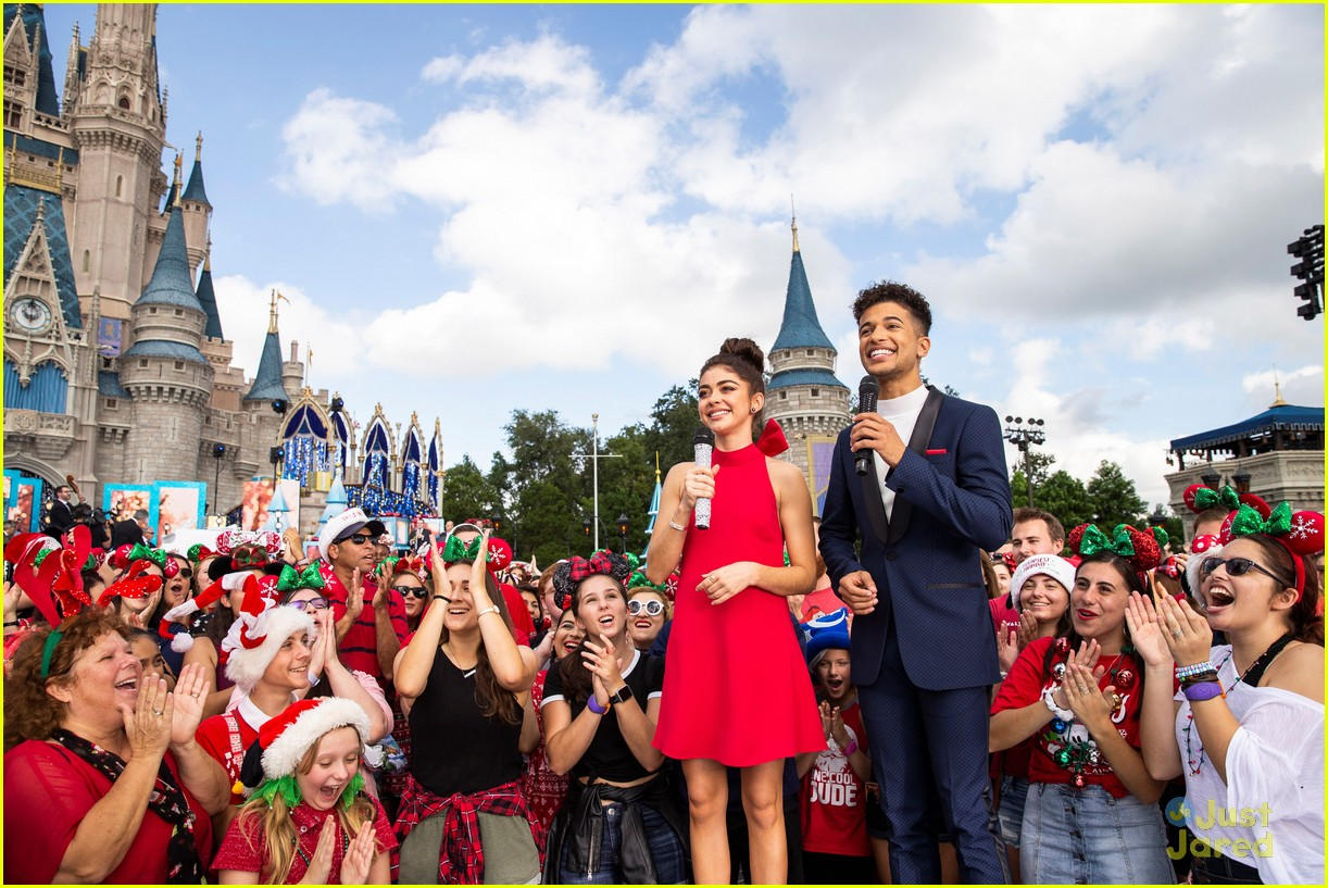 Christmas Day Parade.Disney Parks Magical Christmas Day Parade 2018 Full Line