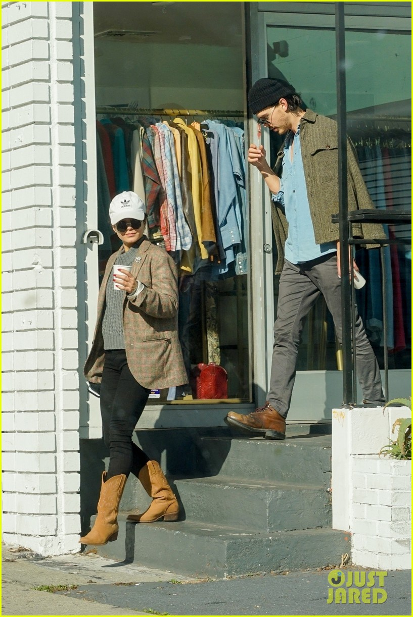 vanessa hudgens and austin butler go window shopping after breakfast 02