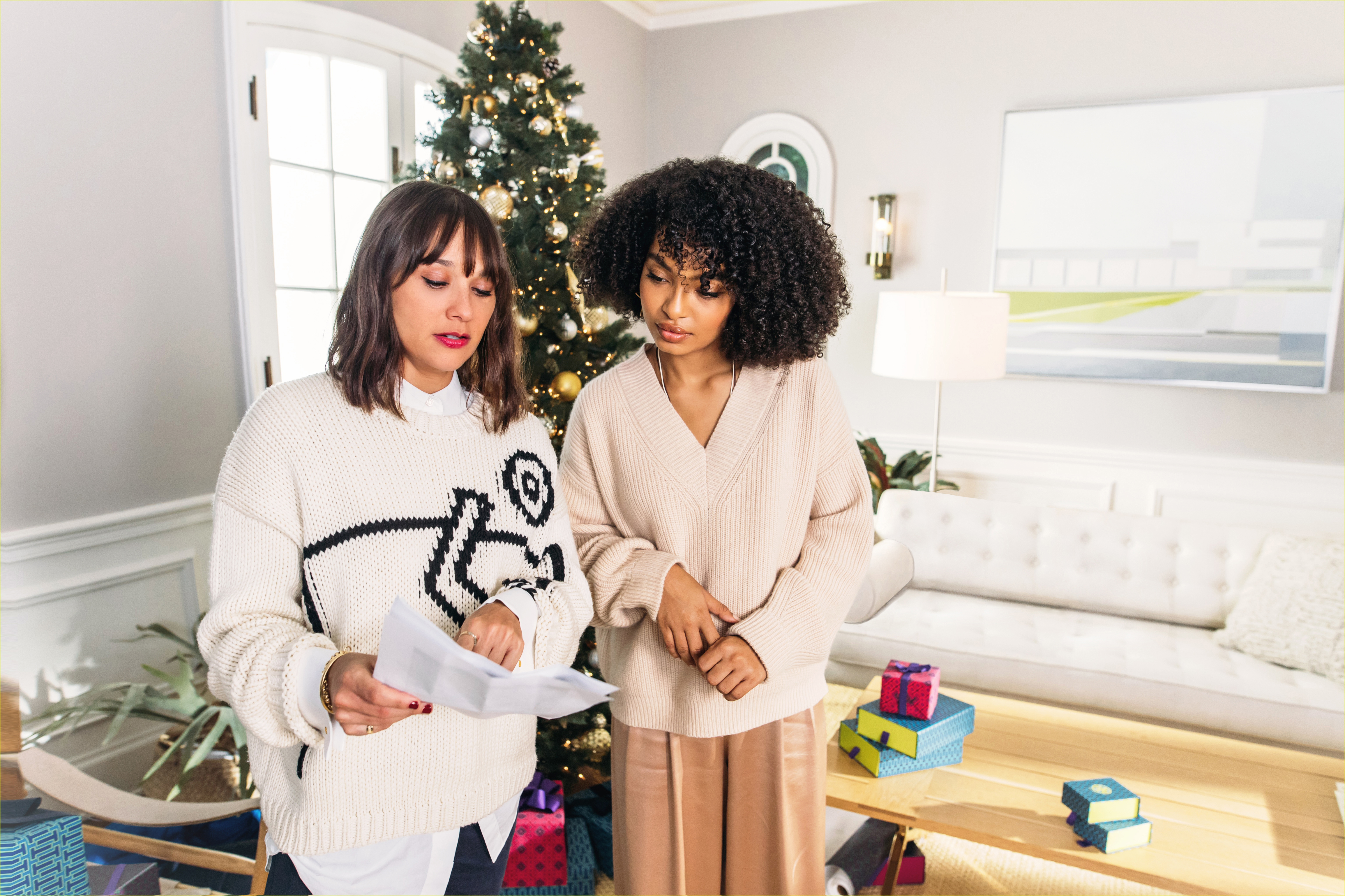 rashida jones yara shahidi star in tory burch holiday campaign 01