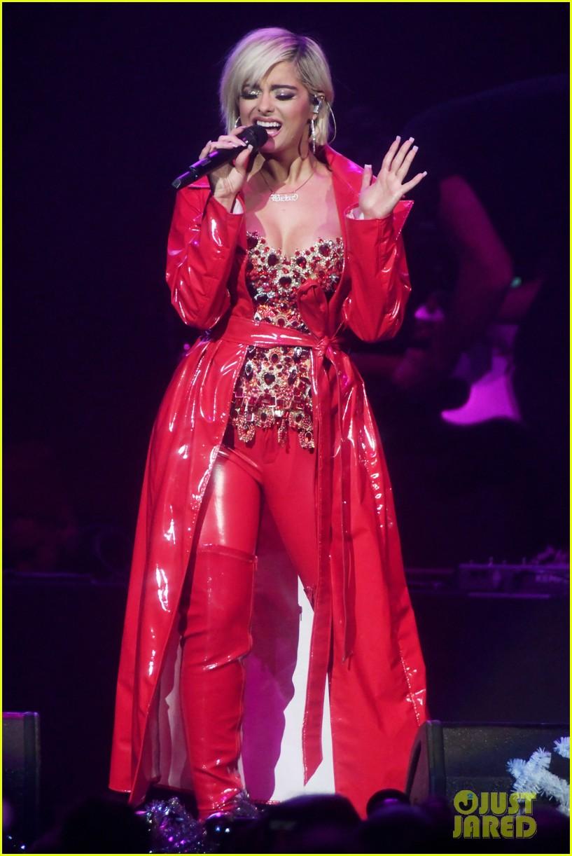 sabrina carpenter debuts new jingle ball outfit 03