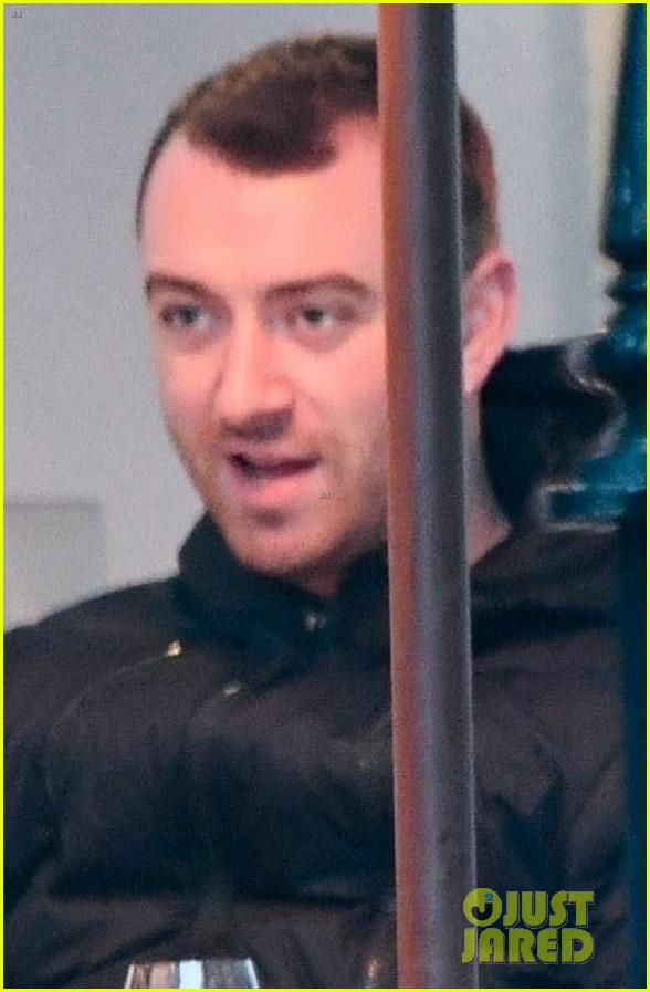 sam smith grabs dinner with a freind in london 01
