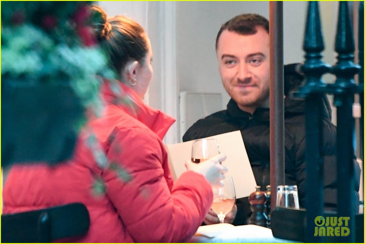 sam smith grabs dinner with a freind in london 03