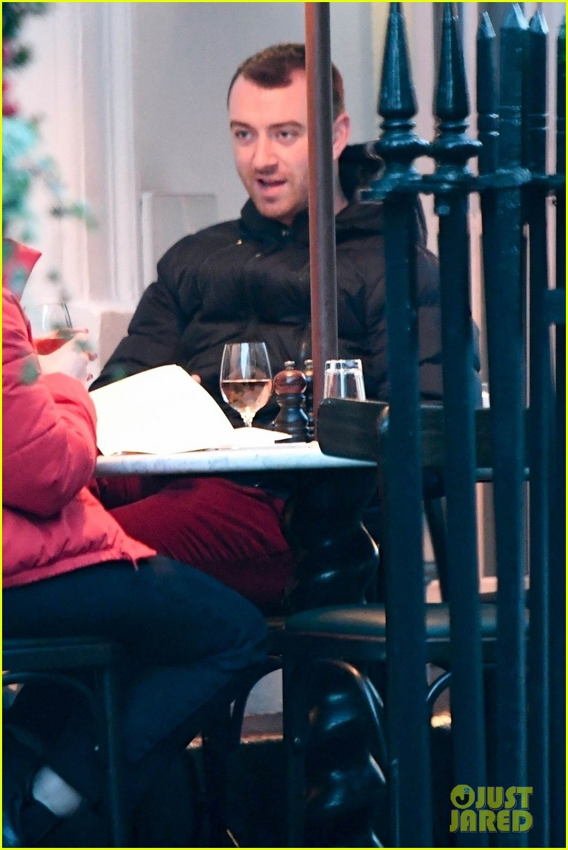 sam smith grabs dinner with a freind in london 04