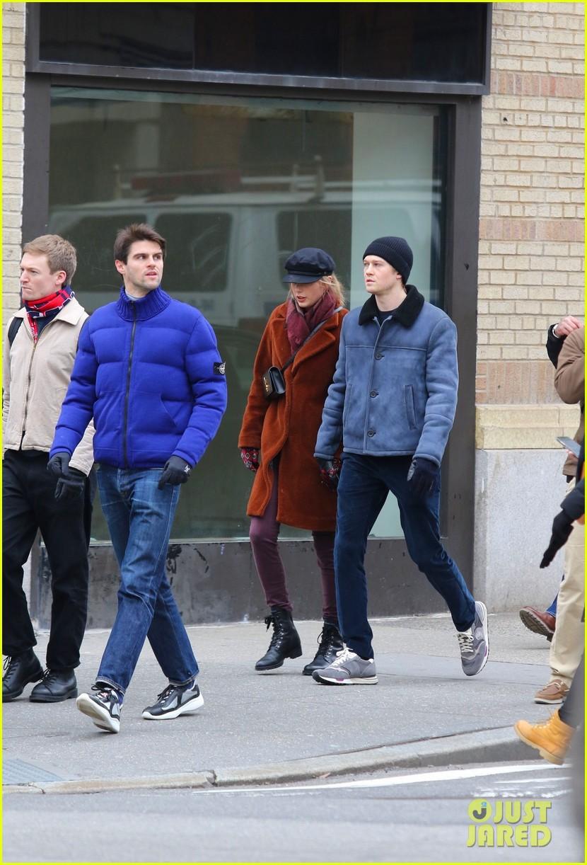 Taylor Swift Holds Hands With Boyfriend Joe Alwyn In New York City Photo 1207579 Joe Alwyn Taylor Swift Pictures Just Jared Jr