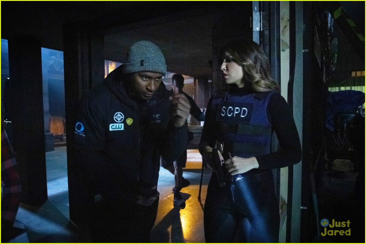 laurel turns to felicity help arrow tonight 04