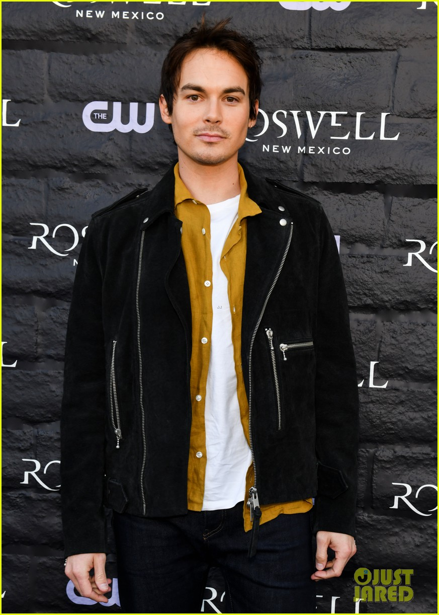 tyler blackburn joins jeanine mason nathan parsons at roswell new mexico premiere 03
