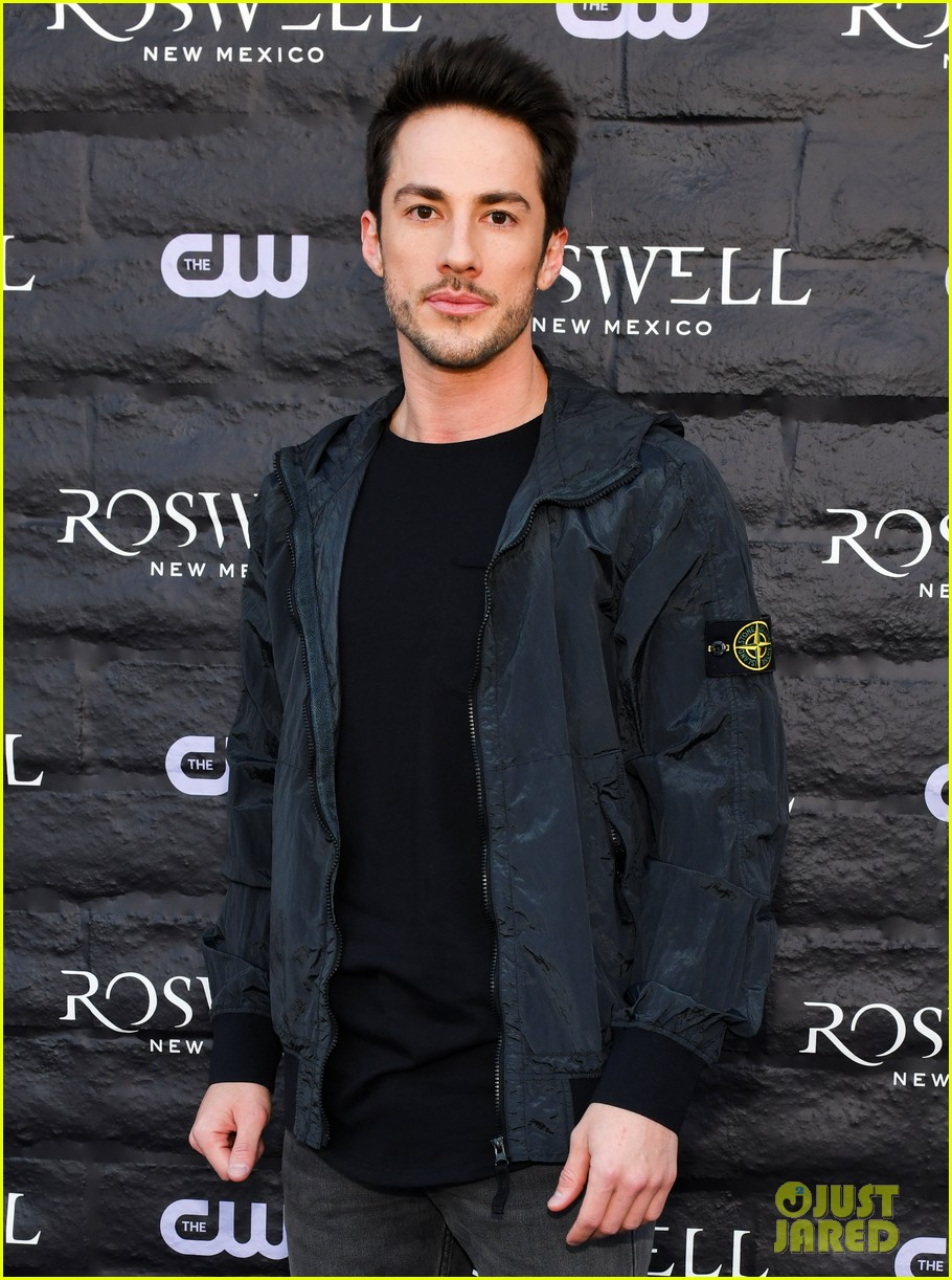 tyler blackburn joins jeanine mason nathan parsons at roswell new mexico premiere 06