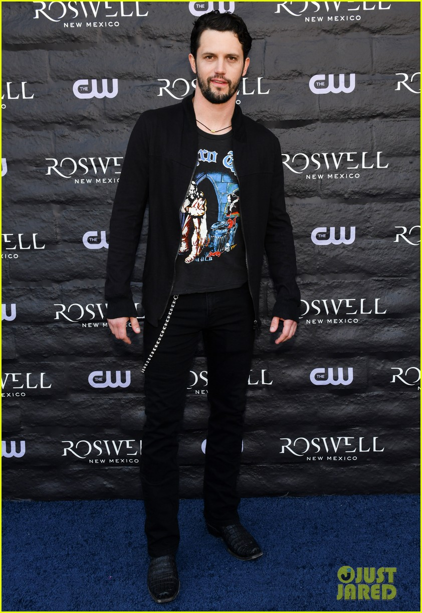tyler blackburn joins jeanine mason nathan parsons at roswell new mexico premiere 14