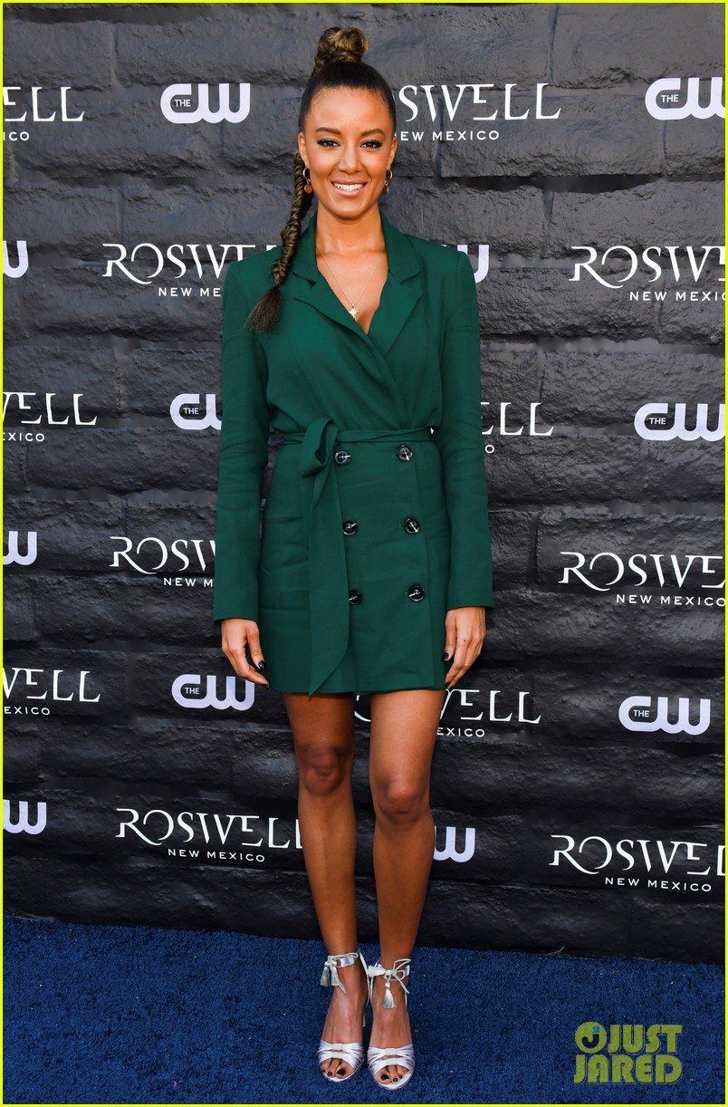 tyler blackburn joins jeanine mason nathan parsons at roswell new mexico premiere 17