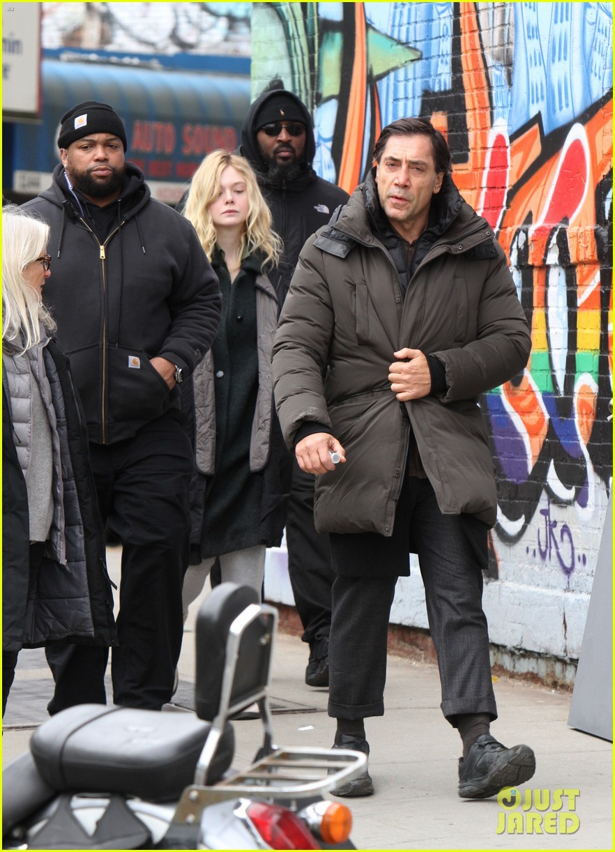 elle fanning javier bardem arrive to molly set 02