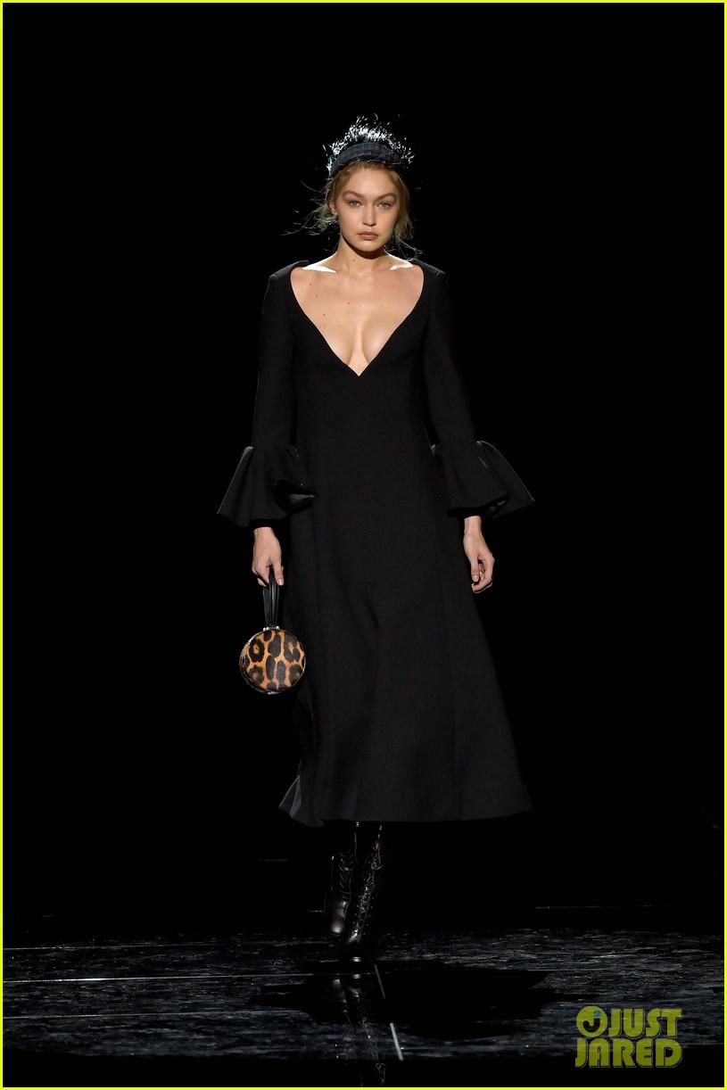 kaia gerber gigi hadid marc jacobs fashion show 01