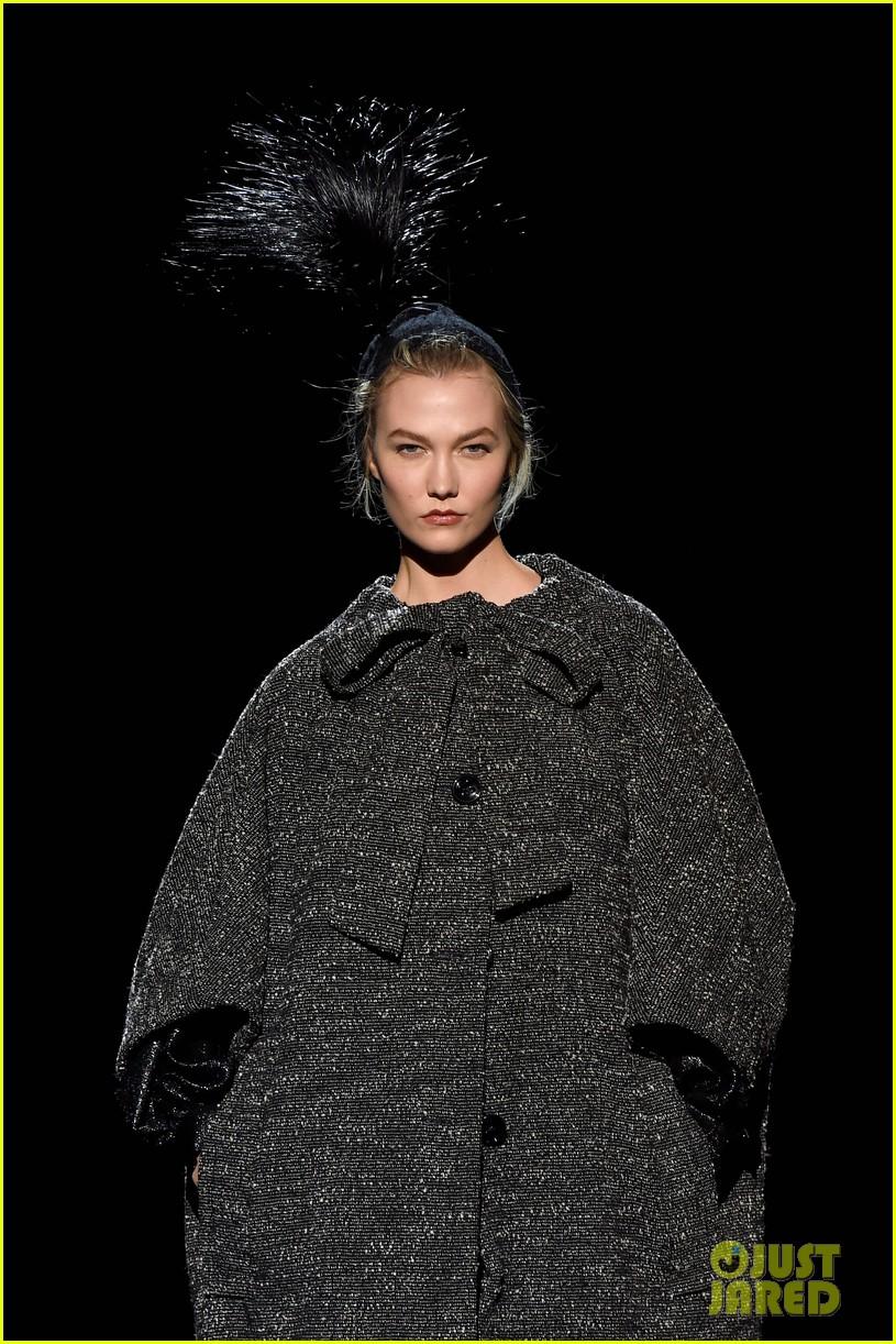 kaia gerber gigi hadid marc jacobs fashion show 02