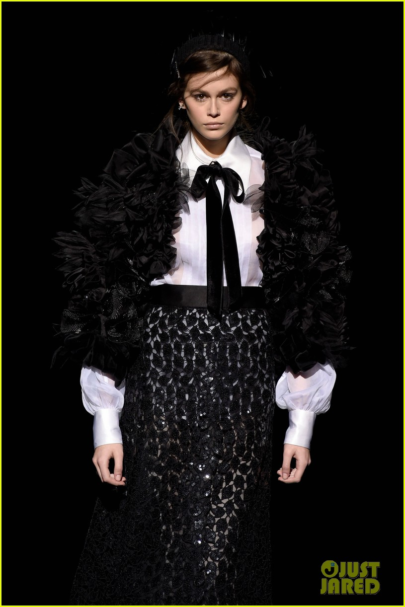 kaia gerber gigi hadid marc jacobs fashion show 04