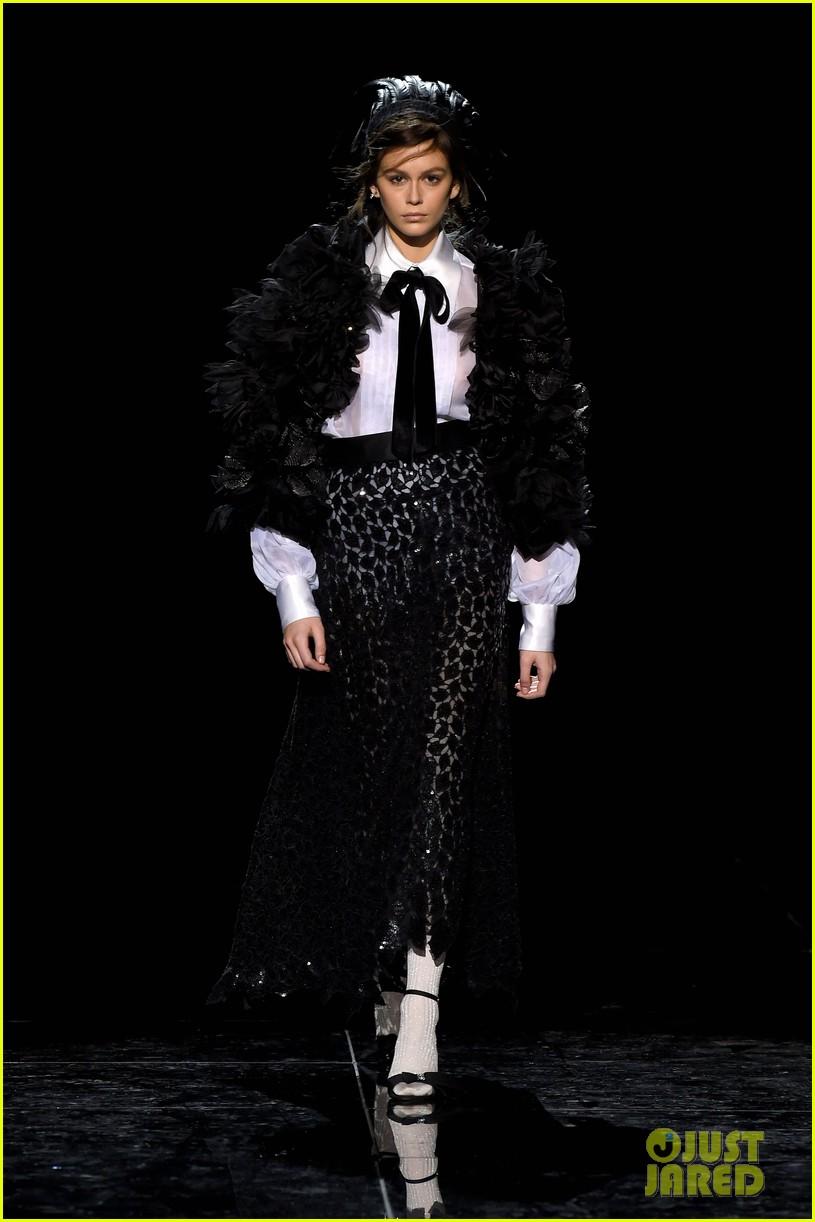 kaia gerber gigi hadid marc jacobs fashion show 10