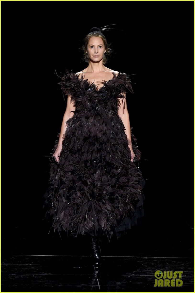 kaia gerber gigi hadid marc jacobs fashion show 13