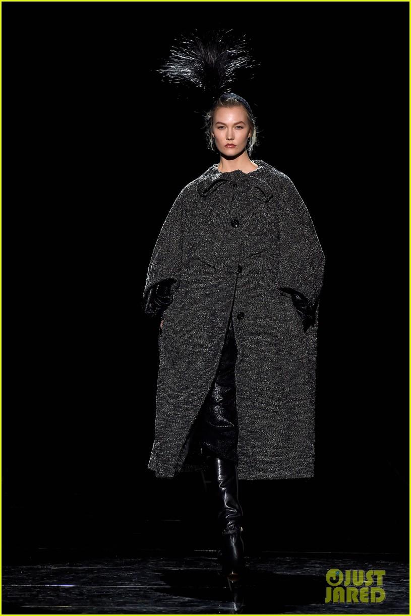 kaia gerber gigi hadid marc jacobs fashion show 18
