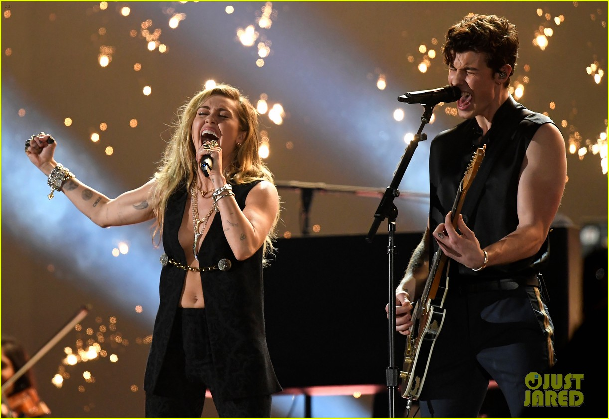 shawn mendes bares biceps grammys performance miley cyrus 01