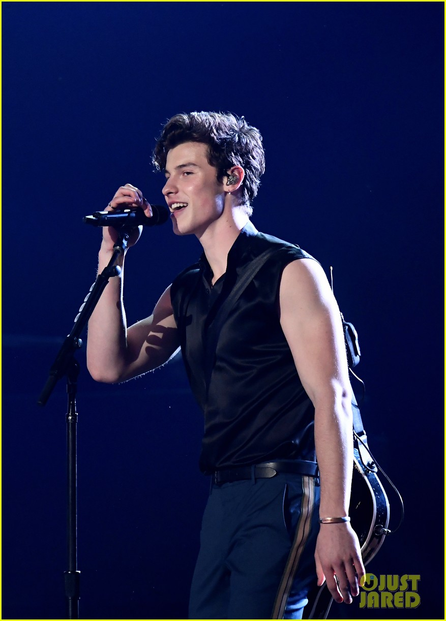 shawn mendes bares biceps grammys performance miley cyrus 02
