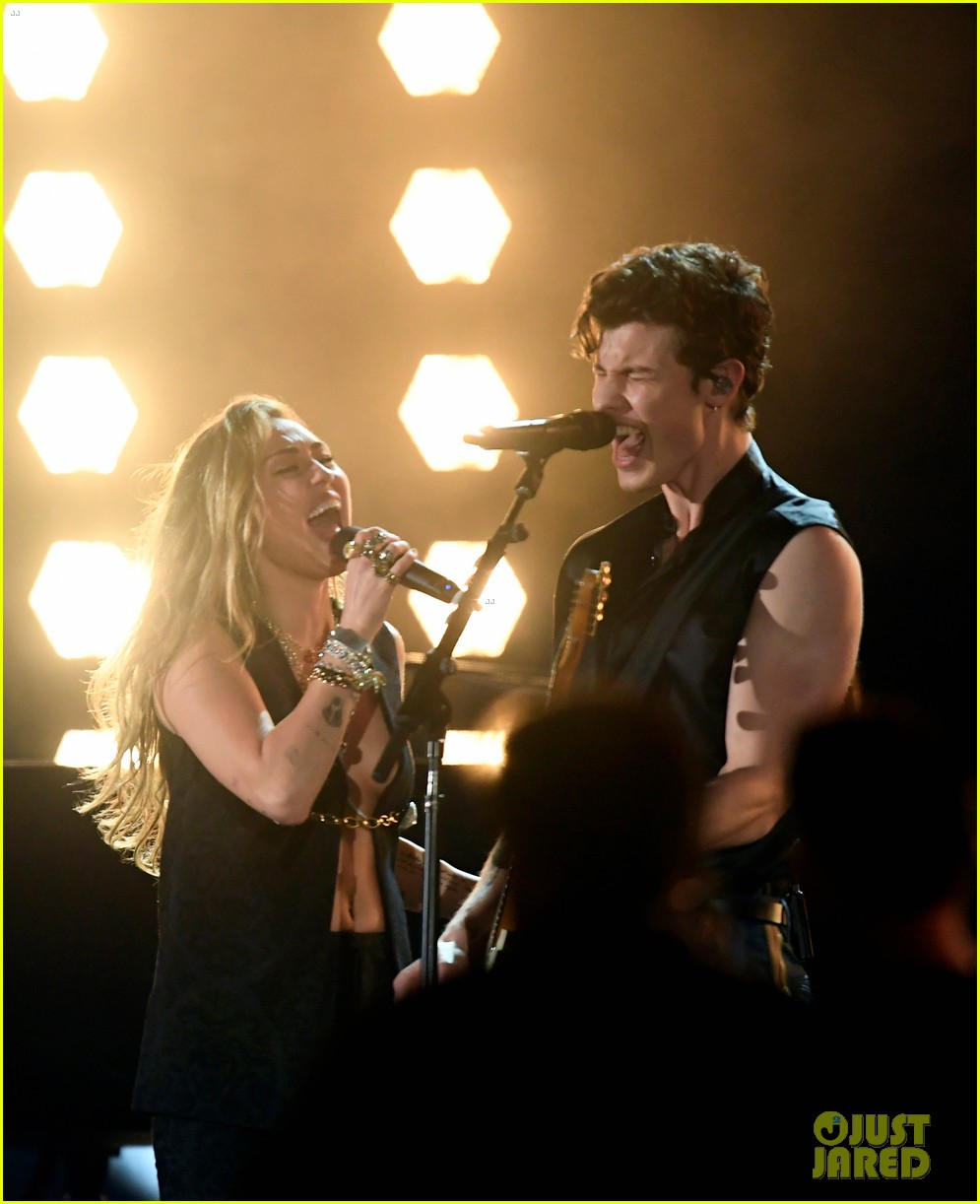 shawn mendes bares biceps grammys performance miley cyrus 05