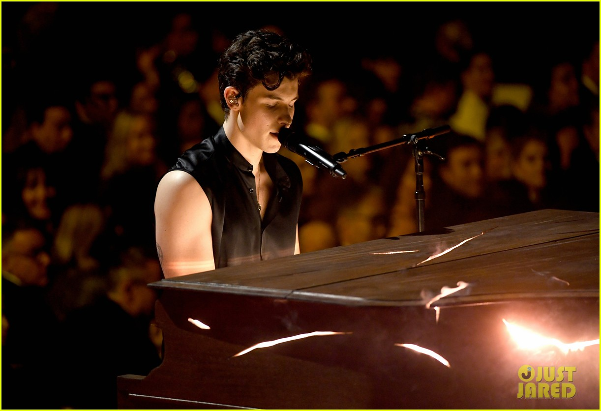 shawn mendes bares biceps grammys performance miley cyrus 06