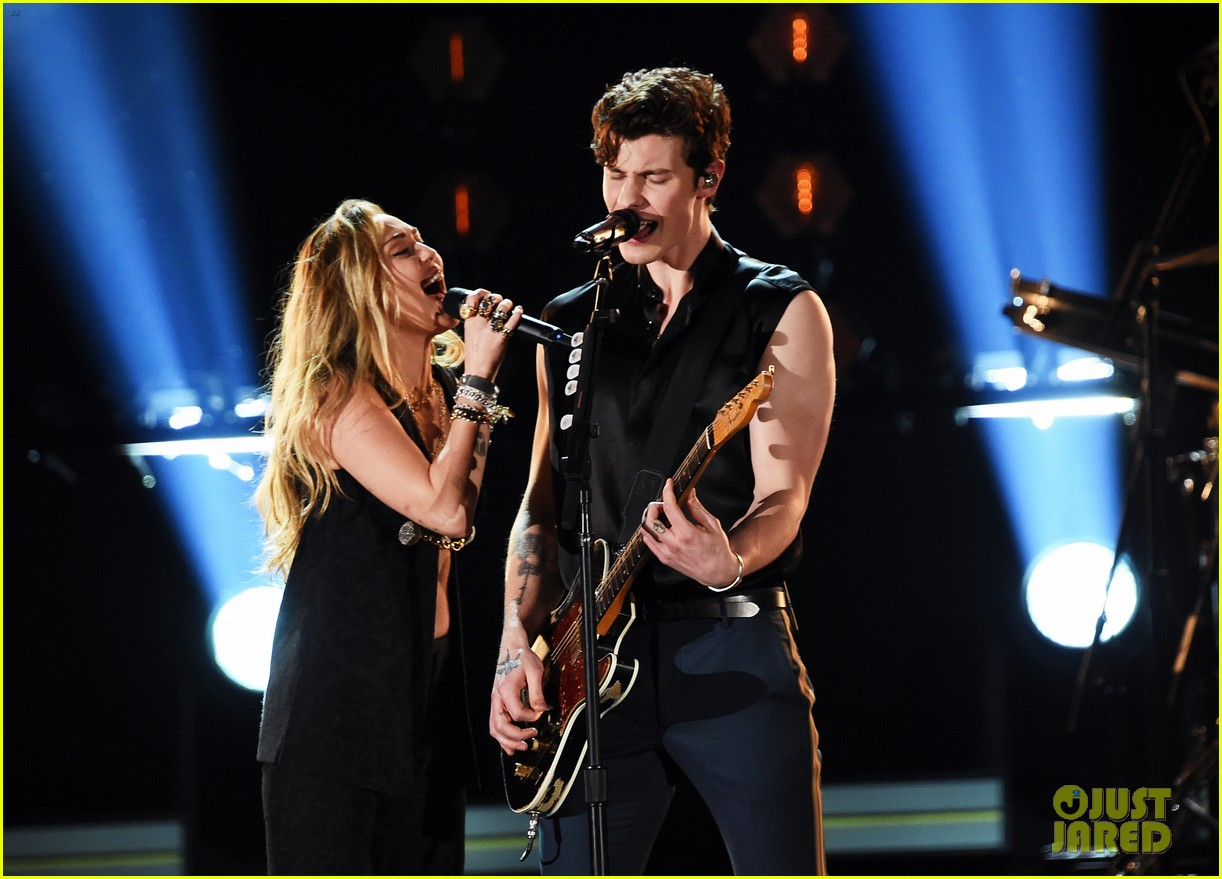shawn mendes bares biceps grammys performance miley cyrus 08