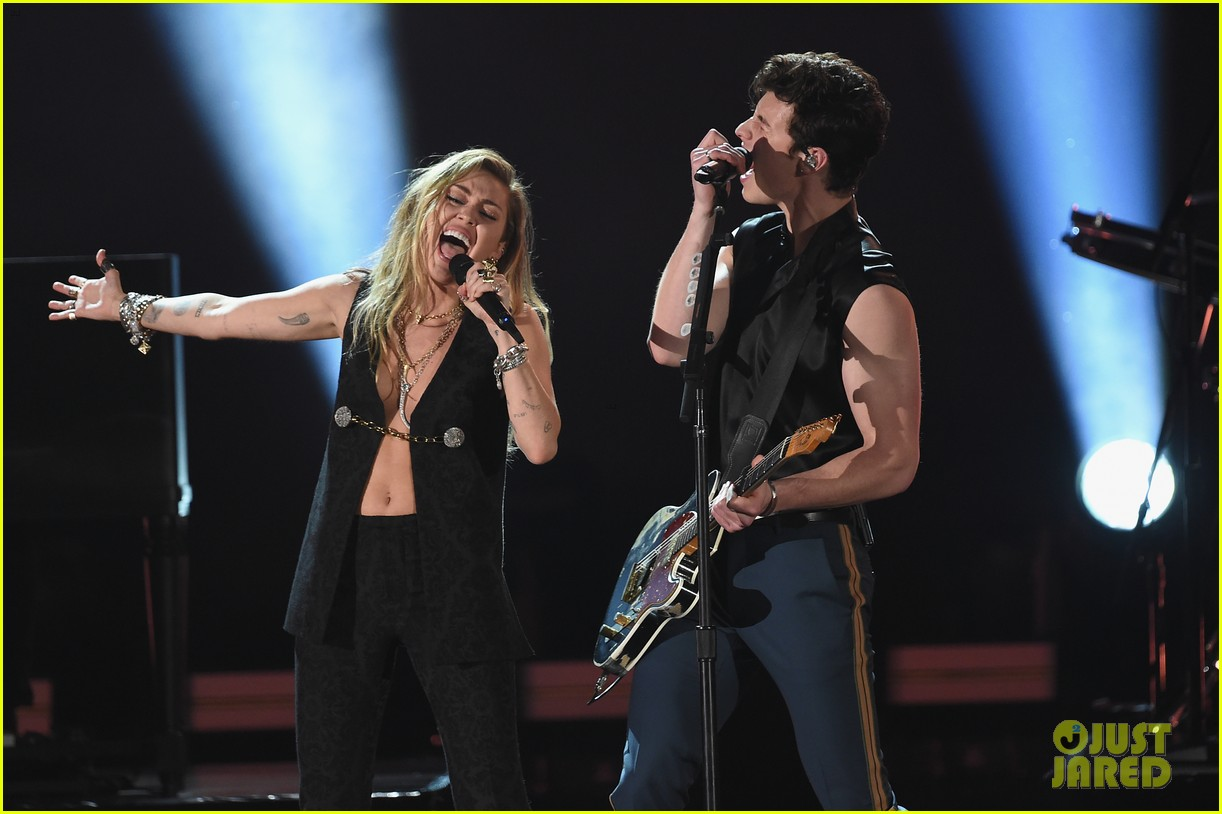 shawn mendes bares biceps grammys performance miley cyrus 10