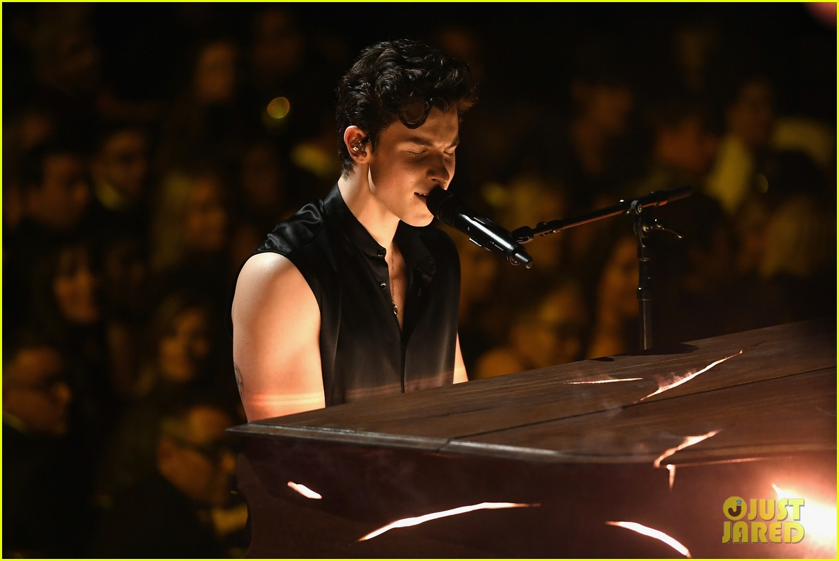 shawn mendes bares biceps grammys performance miley cyrus 12