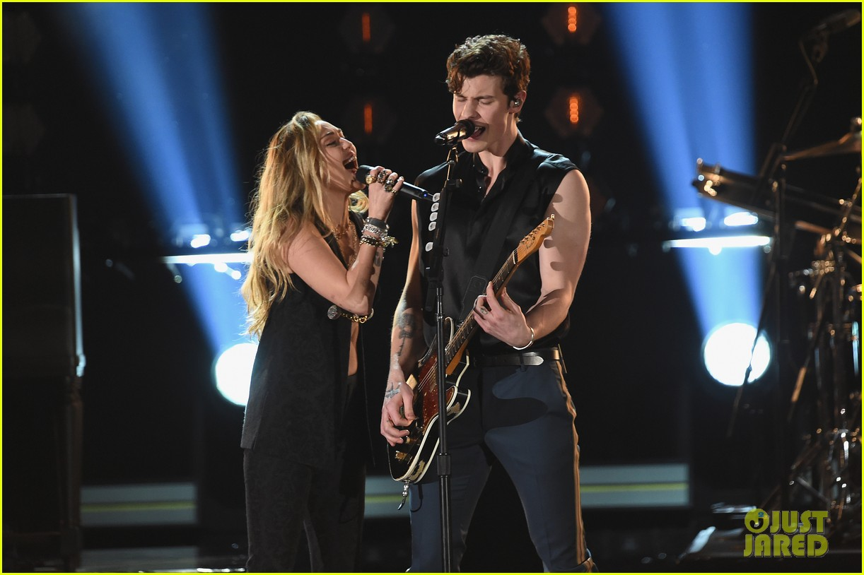 shawn mendes bares biceps grammys performance miley cyrus 13
