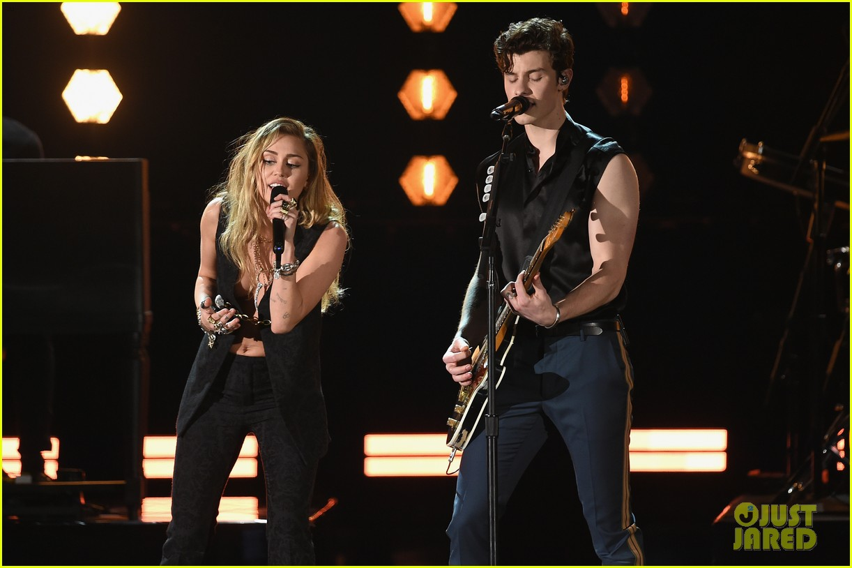 shawn mendes bares biceps grammys performance miley cyrus 14