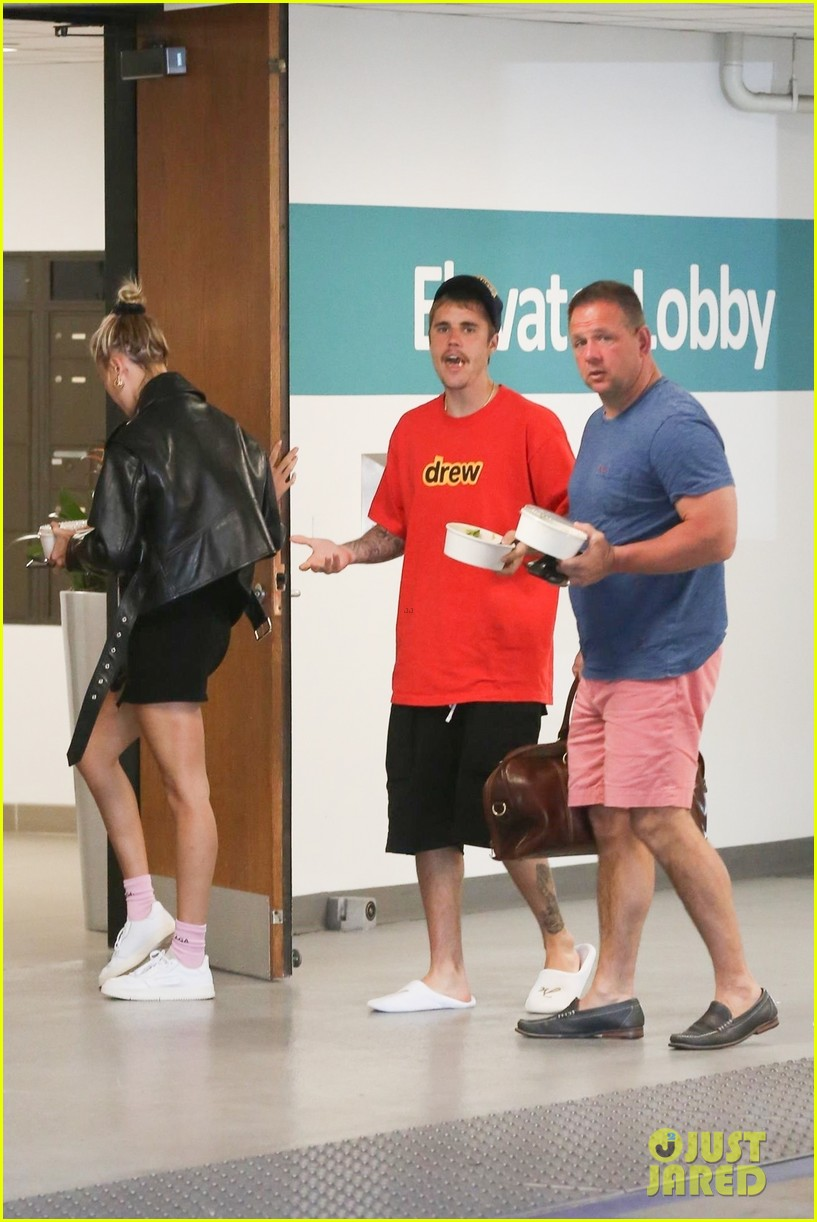 justin bieber hailey bieber pick up their lunch 26