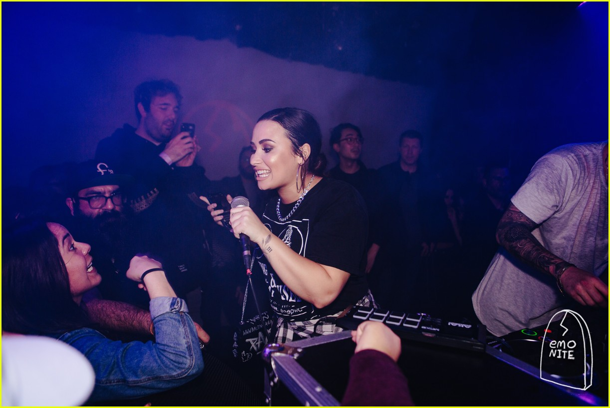 demi lovato noah cyrus take the stage at emo nite 03.