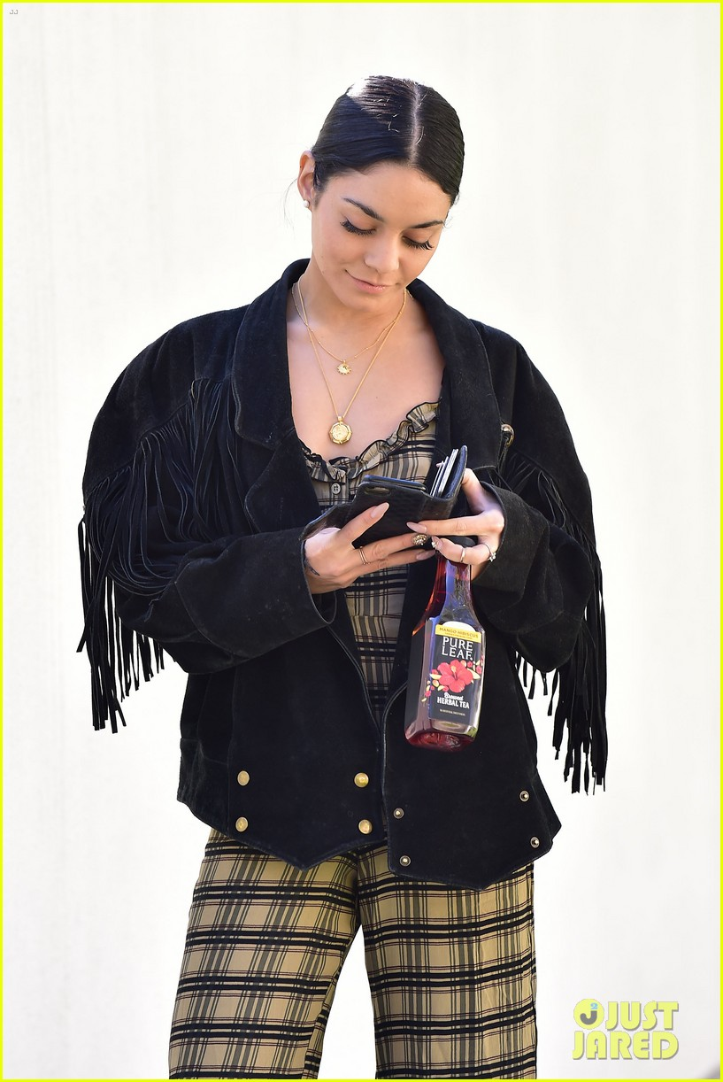 vanessa hudgens steps out with tea 02