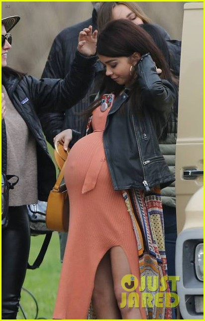 Sarah Hyland Is Very Pregnant While Filming Modern