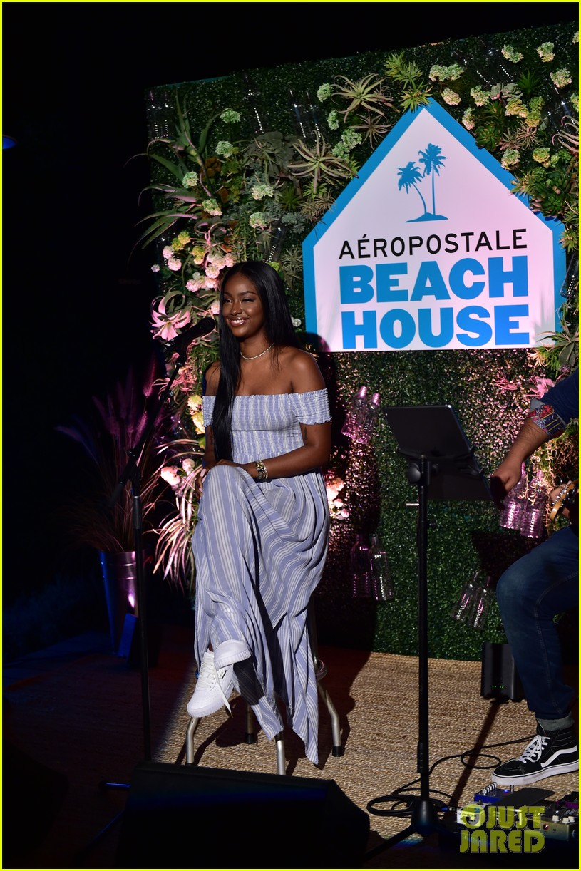 bella thorne stop by aero beach house for sustainable beach retreat 15