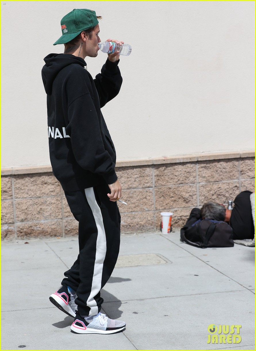 80f3533bd Justin Bieber Gives His Hat to a Skateboarding Fan on the Street ...