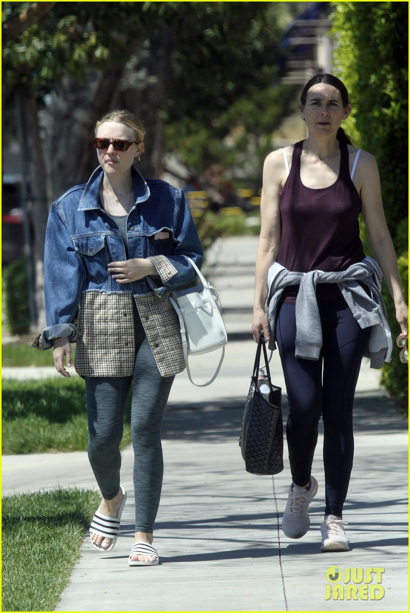 Dakota Fanning Checks Out a New House With Her Mom | Photo ...