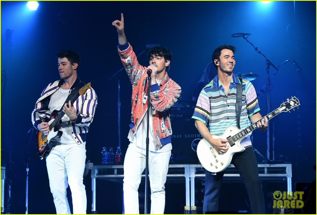 jonas brothers perform at march madness music series 01