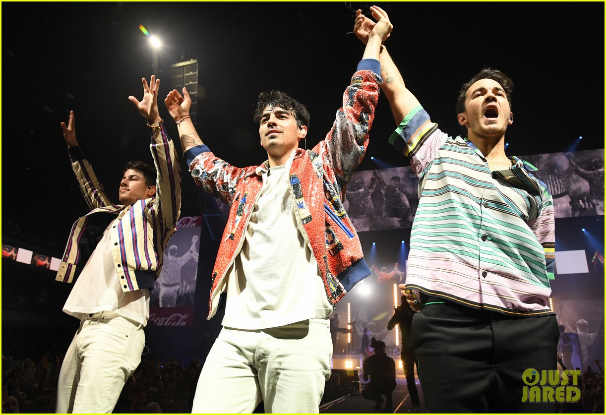 jonas brothers perform at march madness music series 05