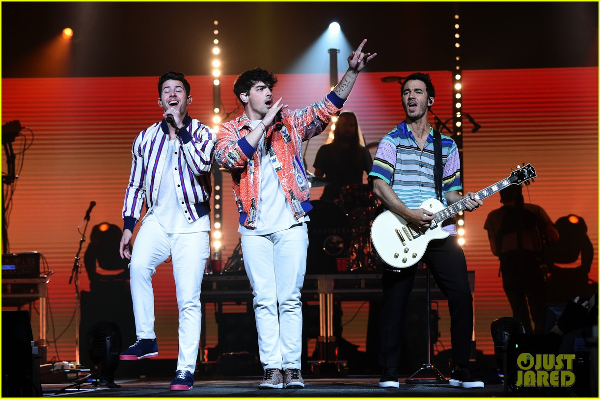 jonas brothers perform at march madness music series 27