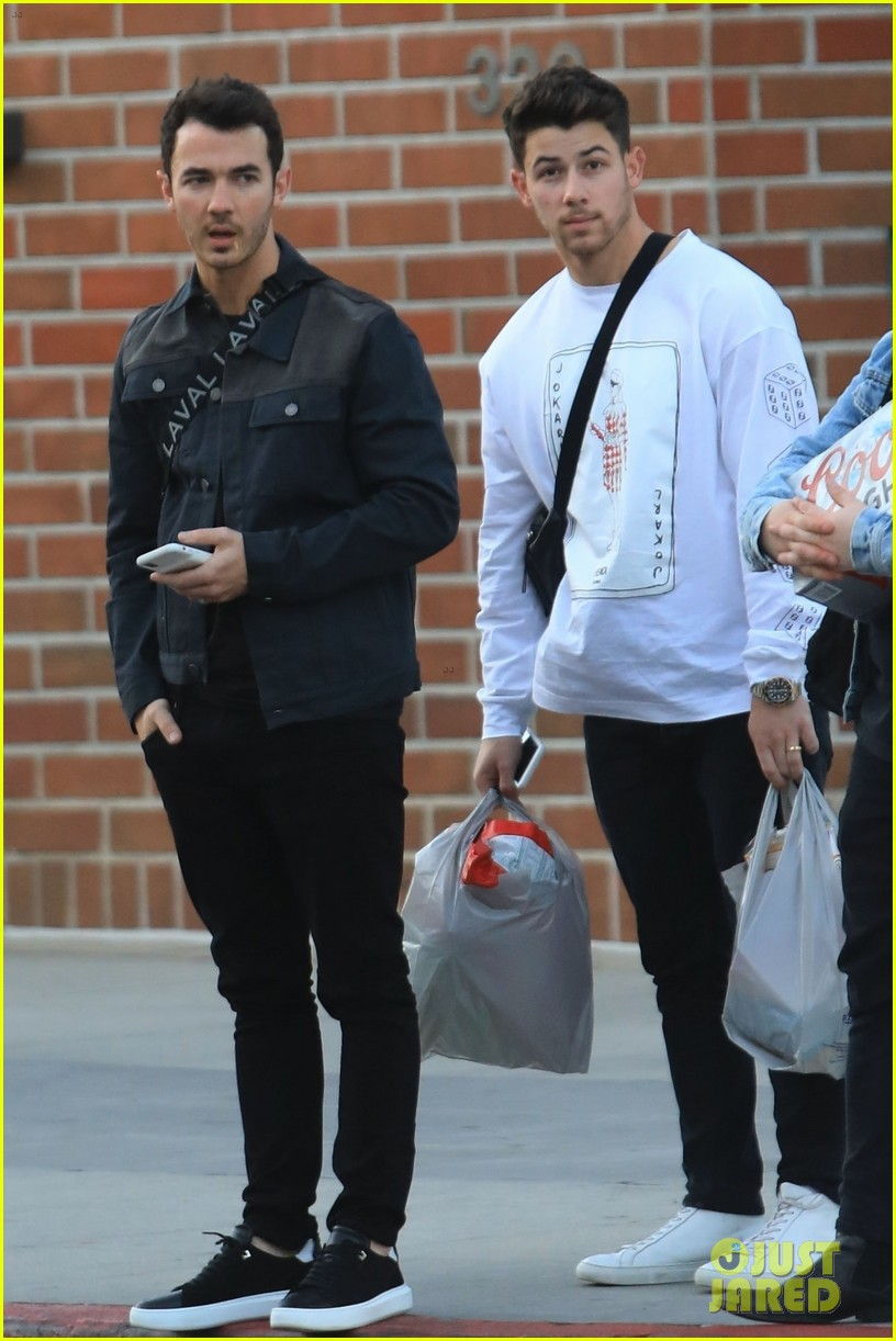 kevin nick jonas meet up to do some shopping 01