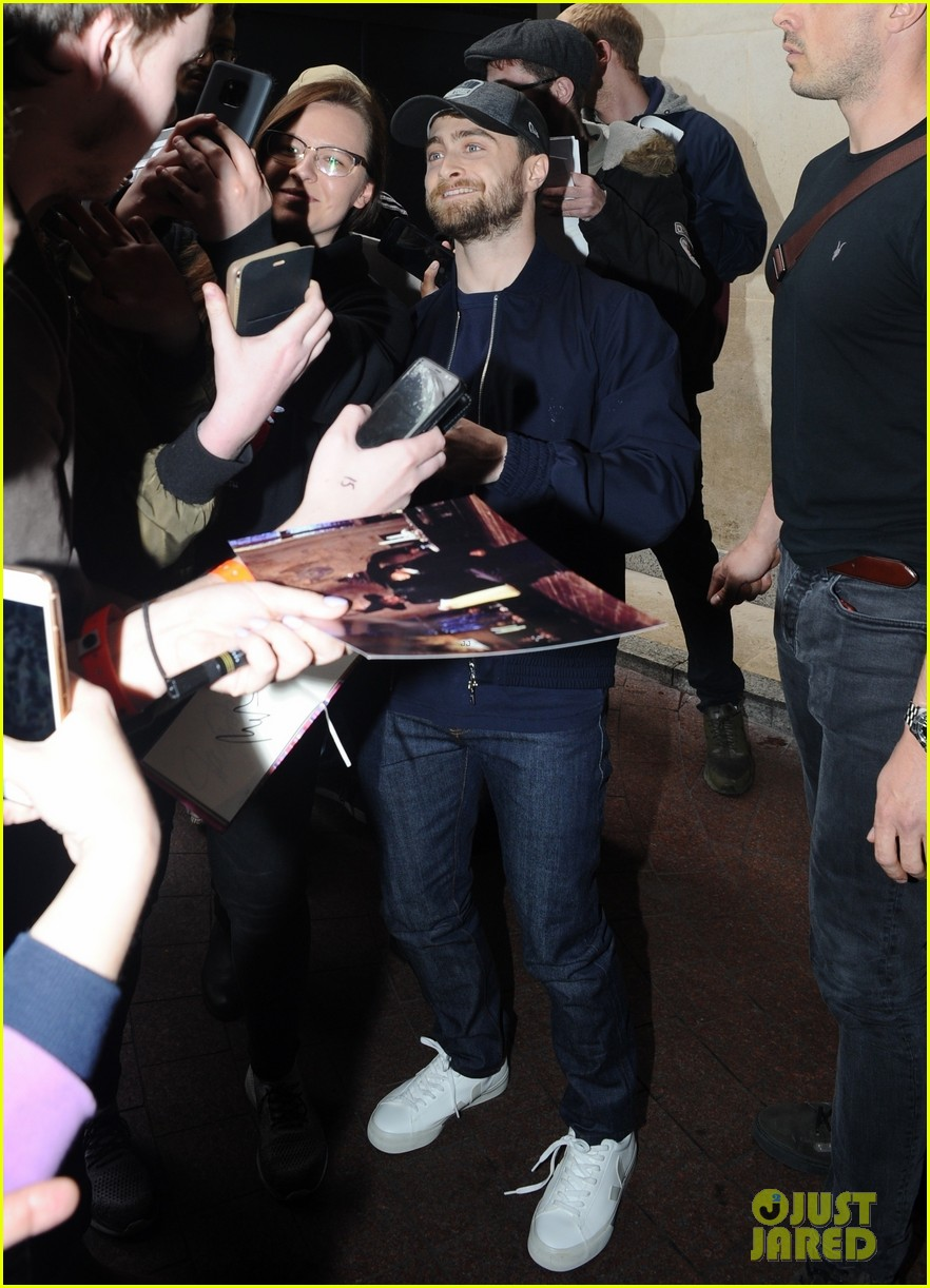 daniel radcliffe is swarmed by fans in london 01
