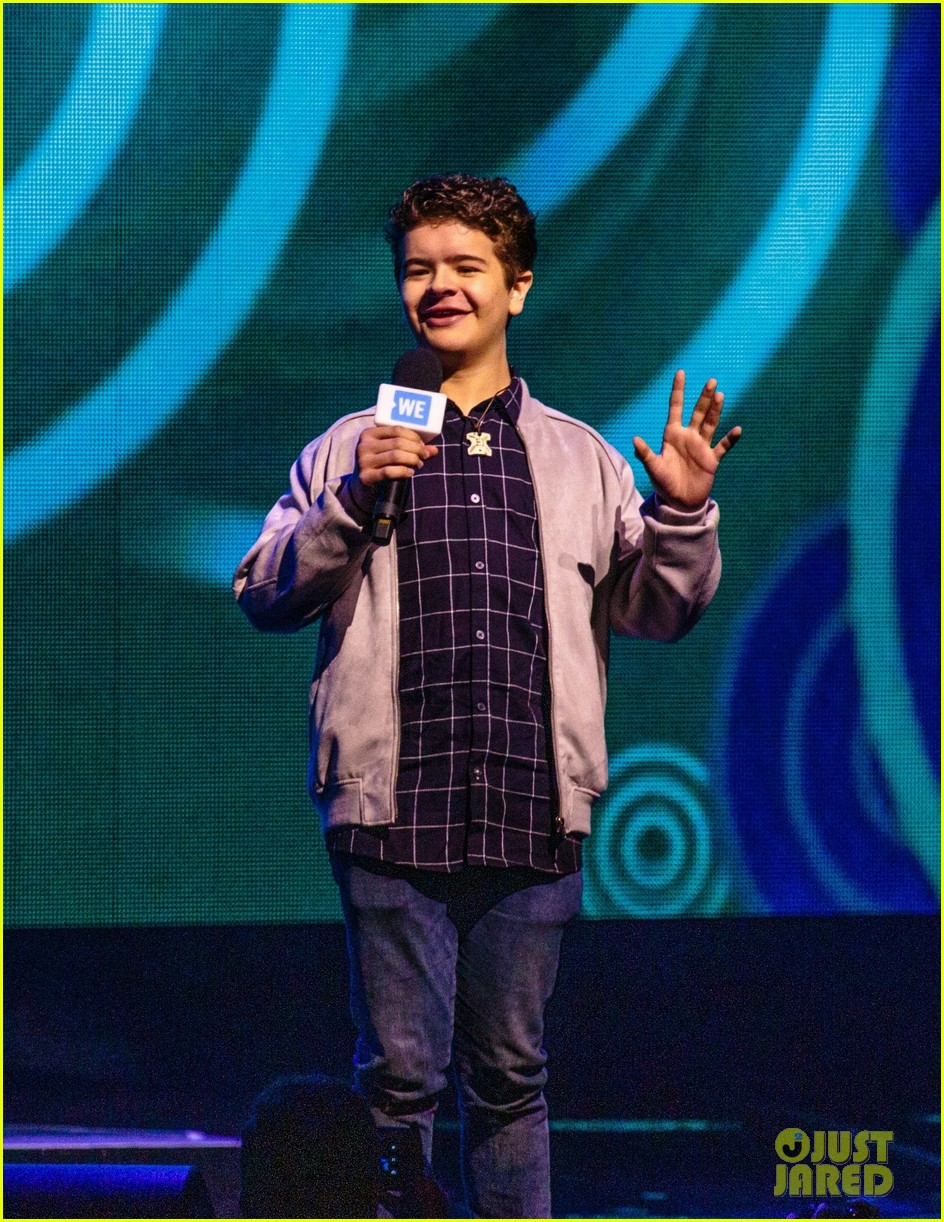 ariel winter olivia holt and more stars take the we day stage 02