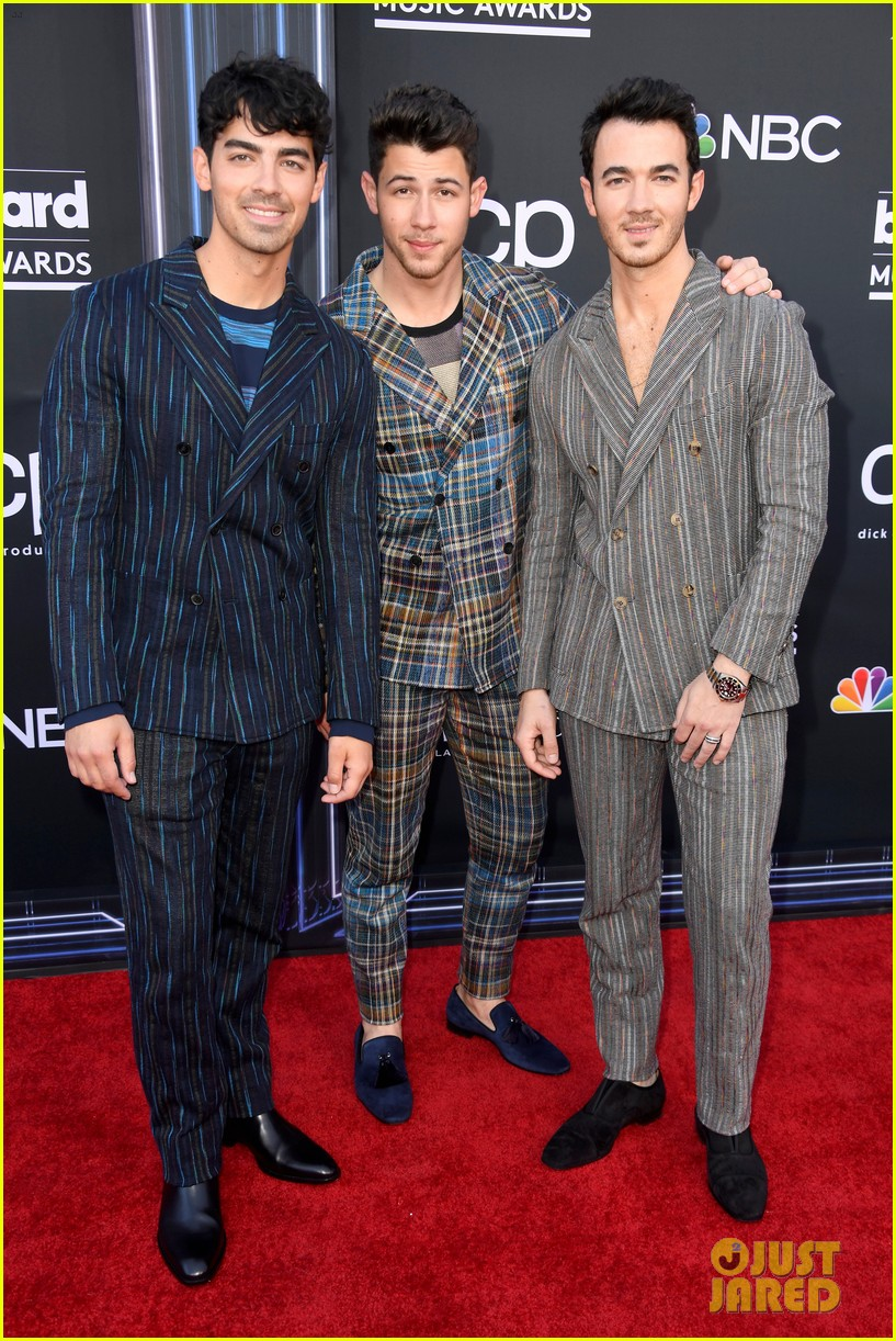 jonas brothers suit up for billboard music awards 01
