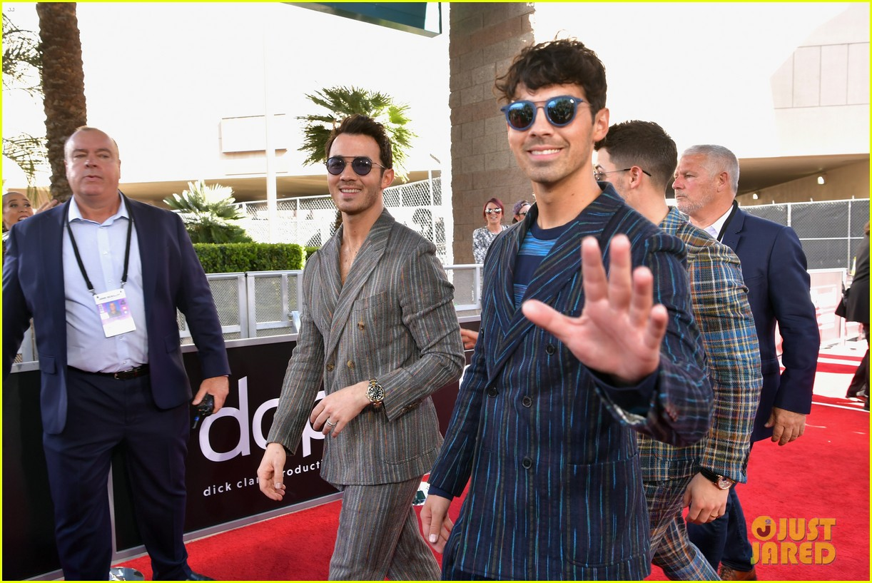 jonas brothers suit up for billboard music awards 02